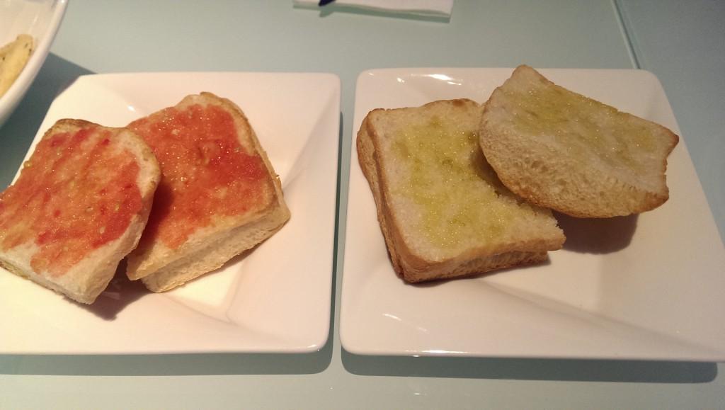 Pan con tomate (NT$49) & pan con aceite de ajo (NT$49)